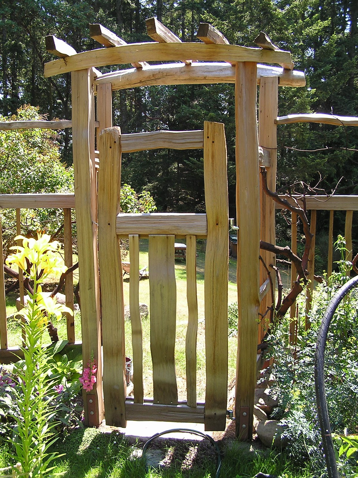 Charmant Garden Arbor With Gate