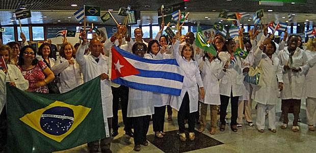 Médicos cubanos desembarcam sob aplausos no aeroporto do Recife