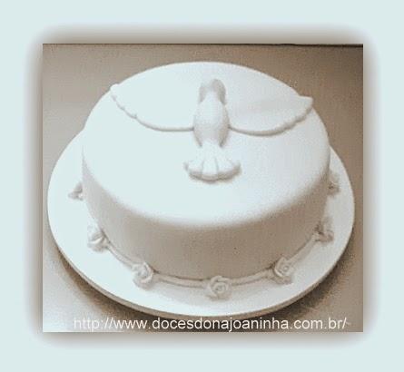 Bolo decorado de batizado com  Espírito Santo e delicadas rosinhas de açúcar