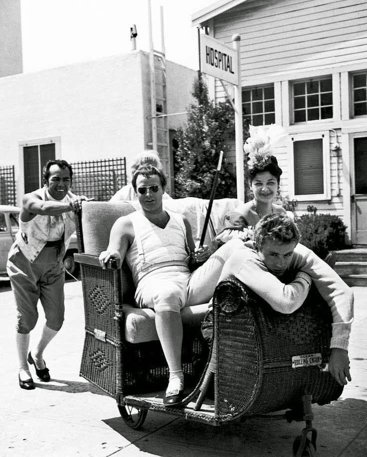 """James Dean visitando a Marlon Brando en el rodaje de """"Désirée"""" (1953)"""