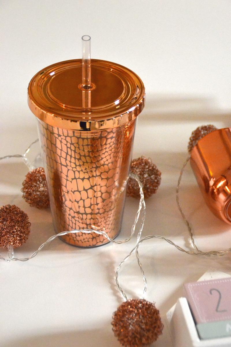 Haul déco NewLook avec des bougies, une flèche lumineuse, lanterne en cuivre, éphéméride, cadre en cuivre.