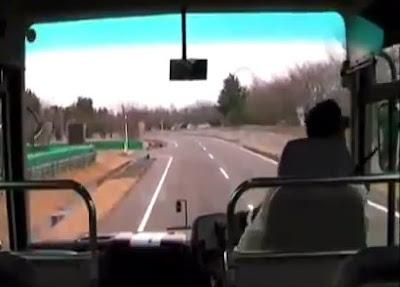 地震のバス