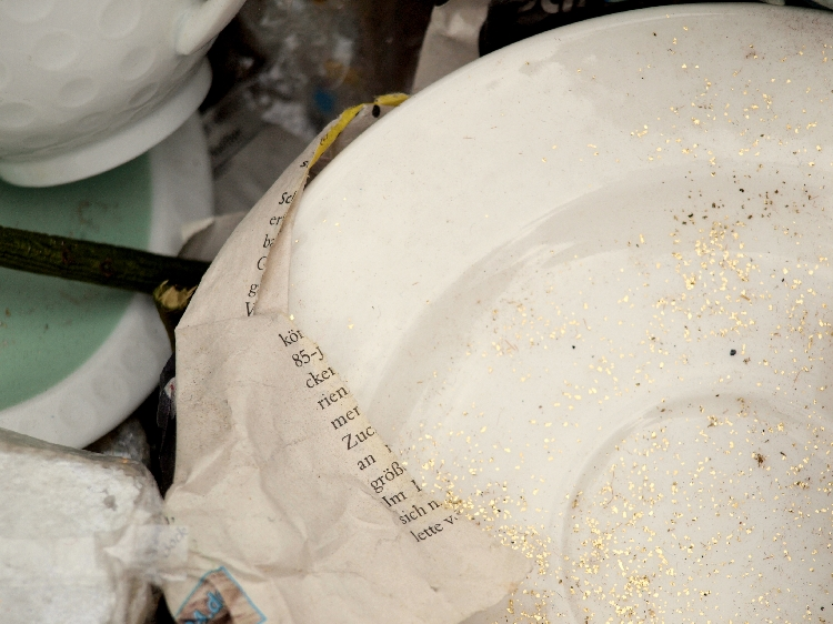 plate with gold glitter {photo walk: fleamarket finds II by momentstolivefor}