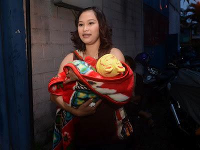 Foto Dewi Lestari Istri Ki Daus