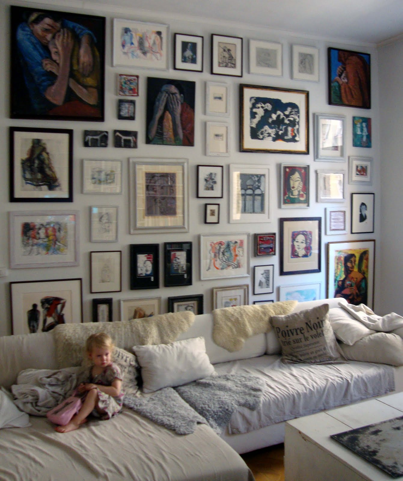 många tavlor på vägg