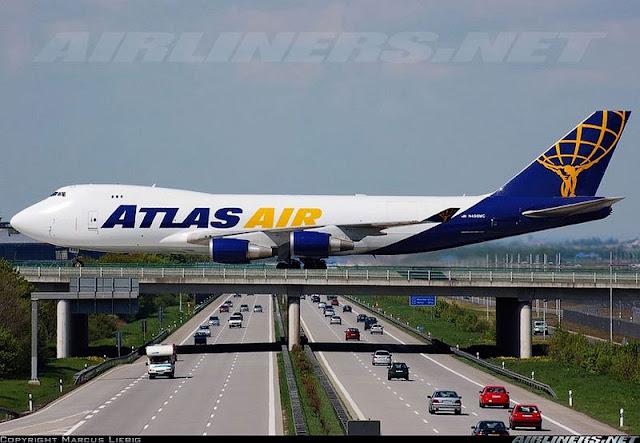 Avión cruzando una autopista