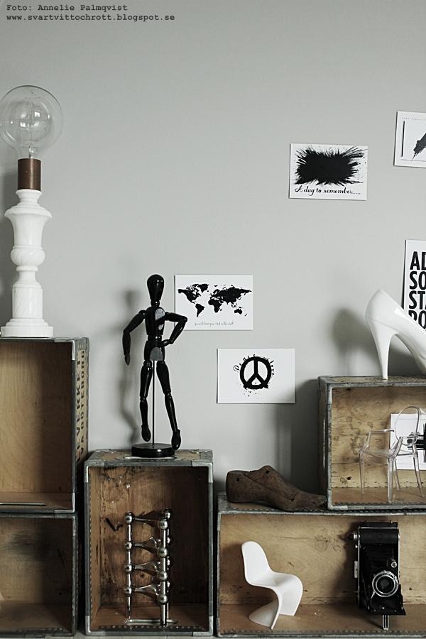 trälådor, lådor som hylla, hyllor, låda, männsika av trä modell, världskarta vykort, världskartor, karta med text, vykort i svart och vitt, svartvit, svartvita, kors, webbutik, webbutiker, webshop, inredning, nettbutikk, nettbutikker, inredningsdetaljer, anneliesdesign, gammal kamera, ghost stol miniatyr, miniatyrstol, miniatyrstolar, nagel ljusstake, marmor lampa, diy lampa, annelies design & interior, arbetsrum,