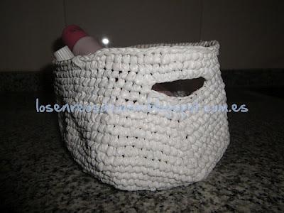 Pequeña cesta de ganchillo realizada con hilo plástico