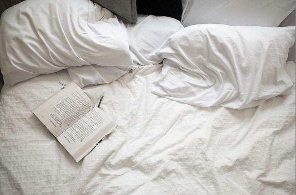 leer libro en la cama