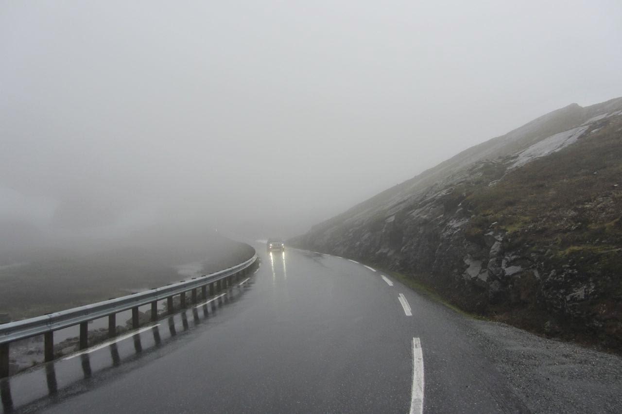 Noorwegen weg 63 in regen en nevel