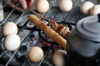 Calentándome el arroz de bambú y el pincho de pollo.