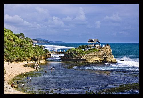 Foto Keindahan Pantai Kukup Yogyakarta , pantai kukup seperti tanah lot Bali, pantai kukup indah