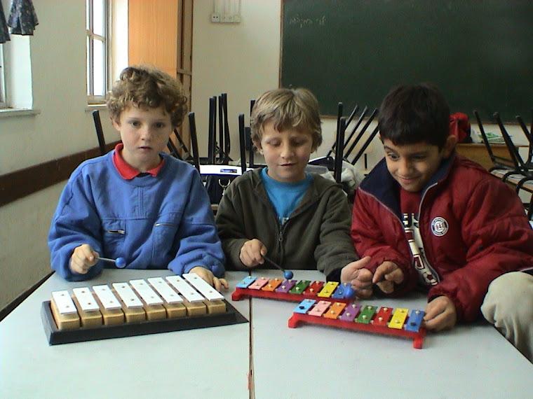 משחקים, לומדים, שרים, מנגנים, רוקדים ויוצרים
