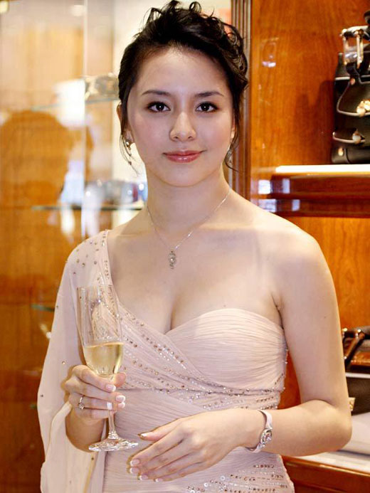 duong truong thien ly sexy boob cleavage 01