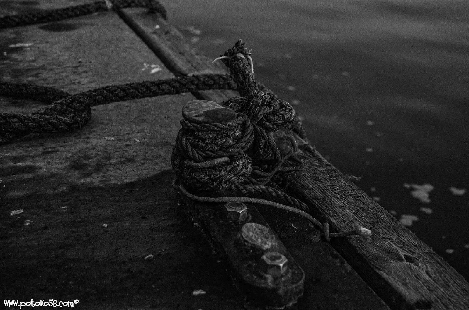 amarres en el pantalan del muelle pesquero en Rota B/N
