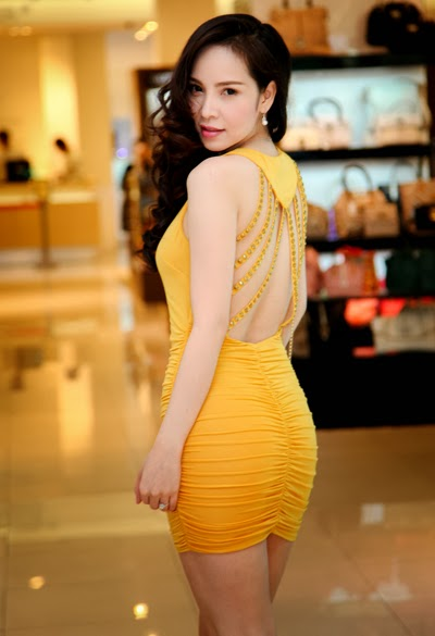 Ngọc Bích gợi cảm vơi váy ngắn khoe chân dài