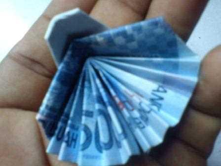 Gambar mmembuat seni origami lipat uang kertas berbentuk burung merak cantik
