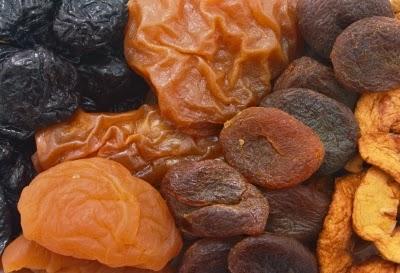 الثمار المجففة مثل الزبيب مصدر هام لعنصر الحديد.
