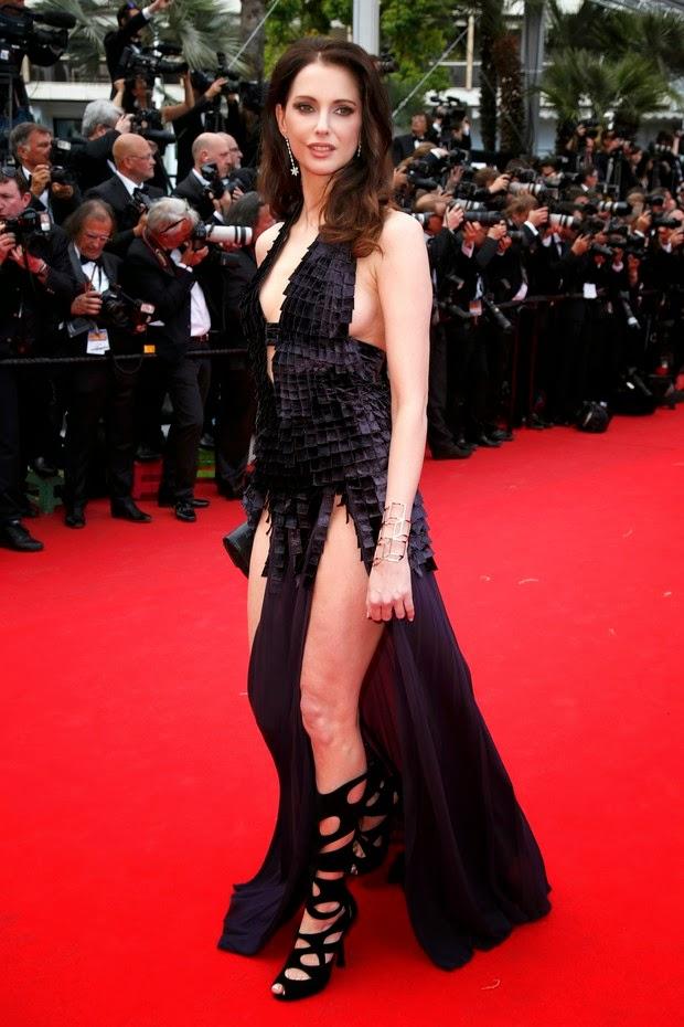 A atriz francesa Frederique Bel apostou em modelito exótico