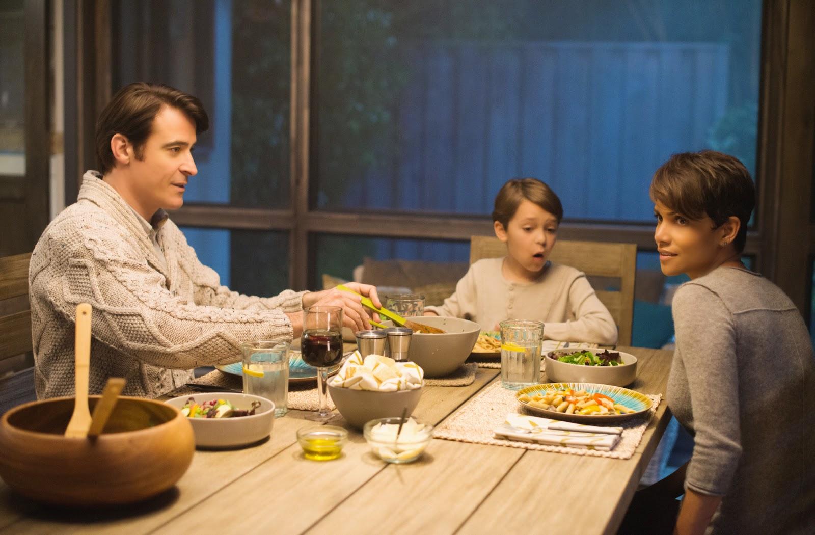 La familia de Molly, a la mesa, en el piloto de la serie