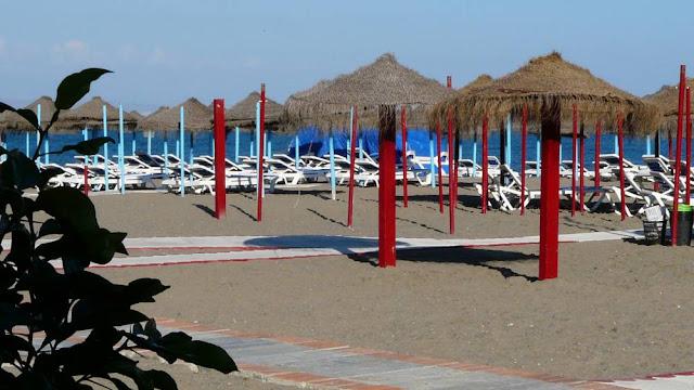 Parasole i leżaki na plaży w Torremolinos