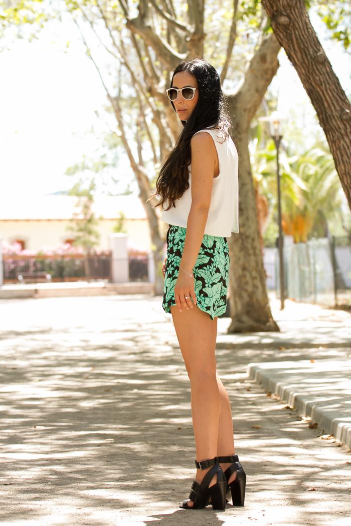 Blogger de moda y belleza valenciana con outfit de verano estampado tropical