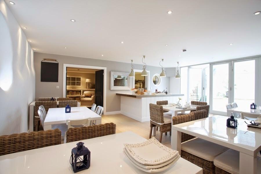 hotel, wnętrza, wystrój wnętrz, styl klasyczny, kamienna ściana, białe wnętrza, kuchnia, stolik, krzesła