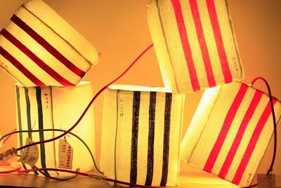 peint à la main - lampe KUB - design -lampe - deco - aix en provence - creation- fait main - made in france - luminaire - luminaires - à poser - à suspendre - lin- toile de jute - PcM - pcm - lampe de couleur - eco design - matières naturelles - matériaux recyclés - pièces uniques - petites séries - décoration - artisanat - baladeuse - lampe POM - cintre - bonbonne d'eau - recyclage - pom - cordon textile - lampe fruit - drapée - amidonné - amidon - textile - fibre végétale - rayures - bonbon – provence – cintres de pressing – brode – couds – couture – broder – souder – soude – dessin de modèles – créations – fabrication française – produits locaux – exposition – peinture à l'eau – tissu – lampe textile – cousu main – 100 % fait main – pascale marquier – modèle unique - vignette lin - lampe personnalisable - personnalisable -