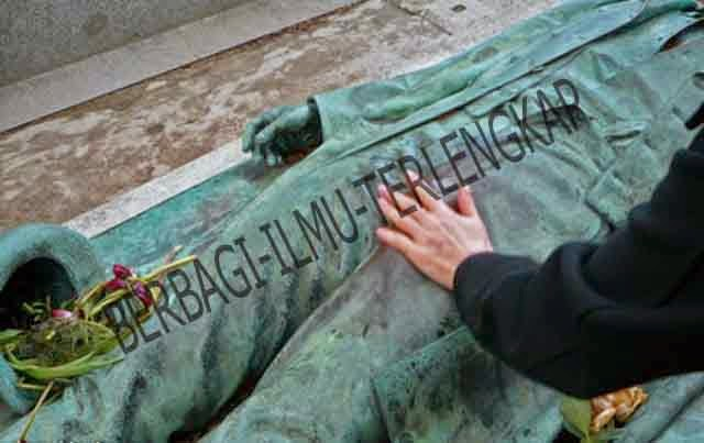 Memegang kelamin patung nisan Victor Noir, Prancis