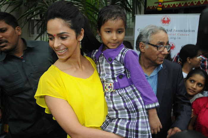 mallika sherawat visits cancer patients aid ociation. glamour  images