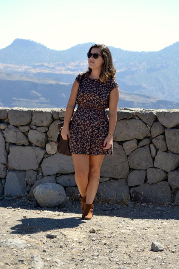 look_vestido_con_botines_flecos_colgante_pulsera_simbolo_infinito_nudelolablo_05