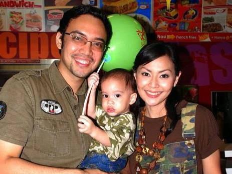 Foto Sandy Tumiwa dan Keluarga