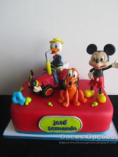 Bolo de aniversário com o Donald e amigos