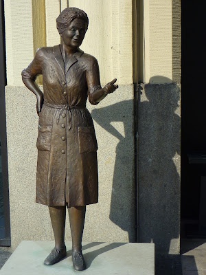 Bronze stature in memory of Hamburg's actress and musician Heidi Kabel