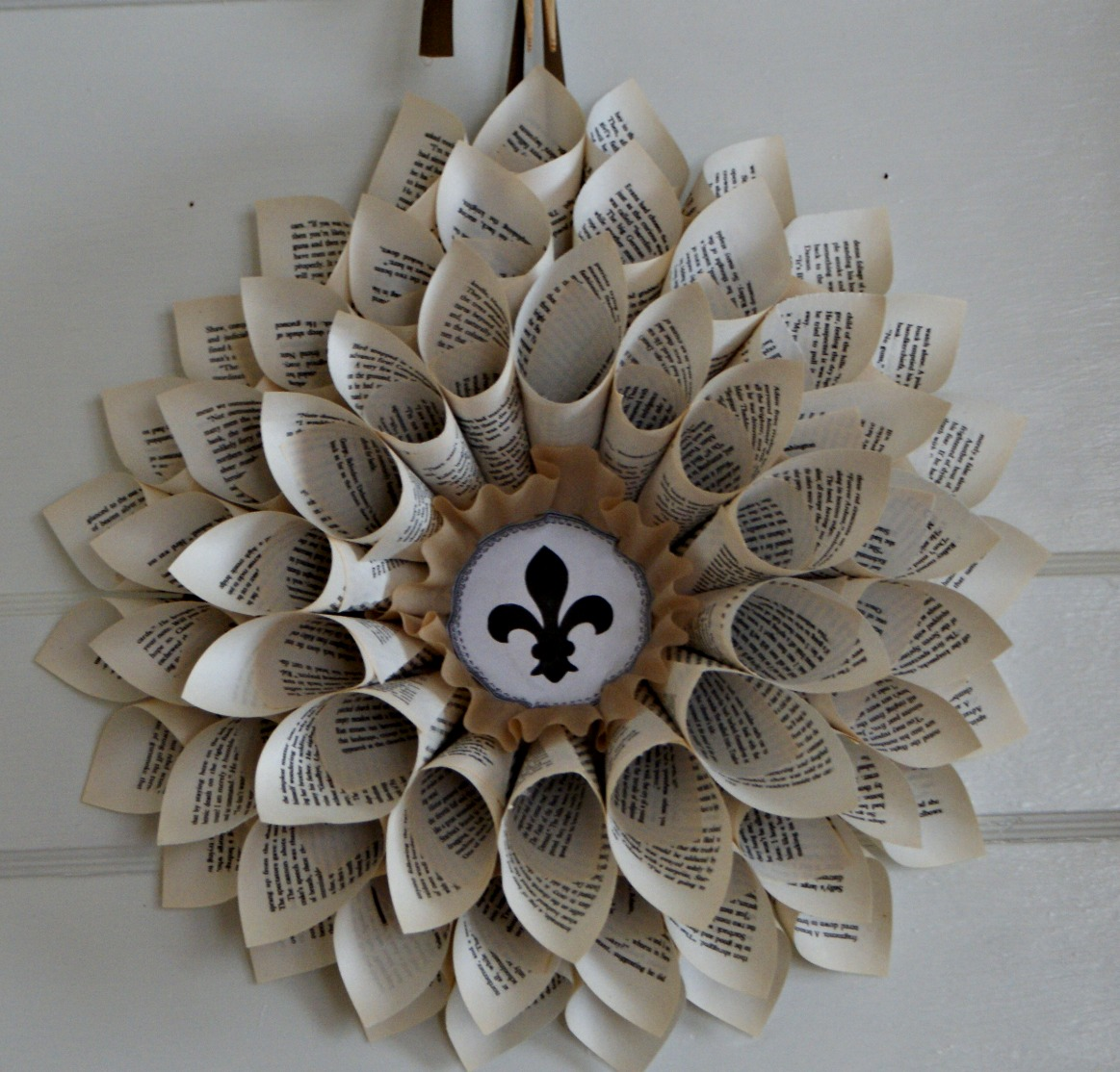 10 beautiful diy book page christmas decorations you can make yourself - Book Page Decorations