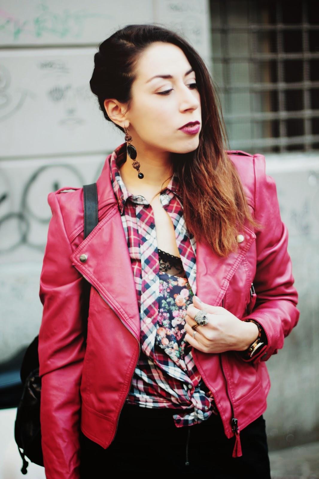 look anni 90, giacca in pelle rossa, come abbinare