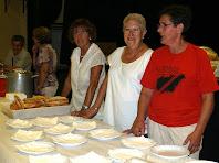 Col·laboradores preparant el pa amb tomàquet