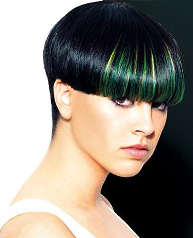 черна къса коса с обран врат и ярко зелени кичури на бретона