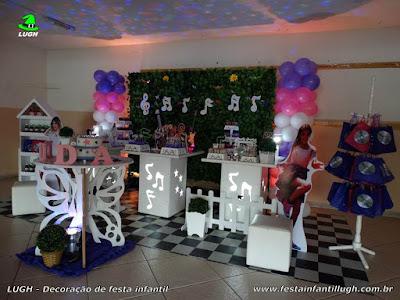 Decoração de mesa temática com muro inglês para festa de aniversário infantil