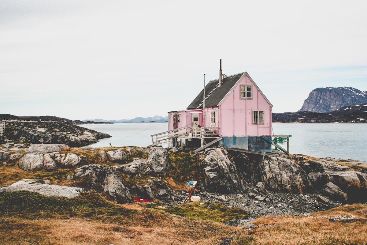 Bunte Häuser an Grönlands schroffer Küste