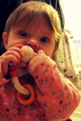 Mein Baby 5 Monate alt, mein Babys- ich stecke-alles-in-den-Mund-Phase-beginnt