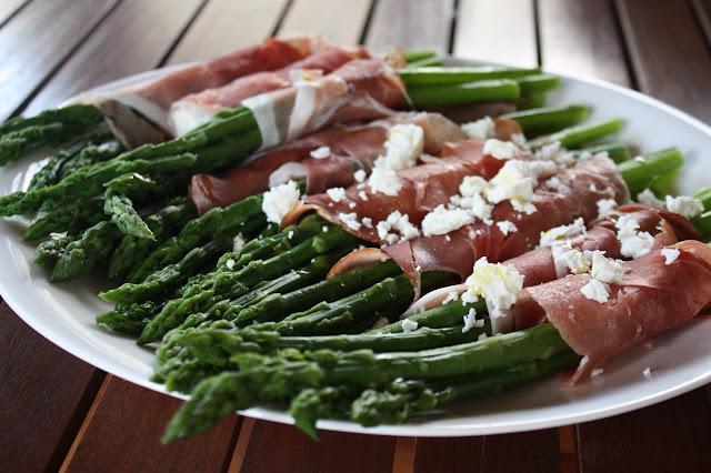 asparagi verdi con speck e formaggio feta