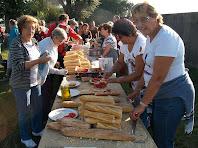 Preparant entrepans per l'esmorzar a la zona de les piscines municipals de Casserres