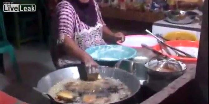 menggoreng menggunakan tangan si ibu ini kebal panas