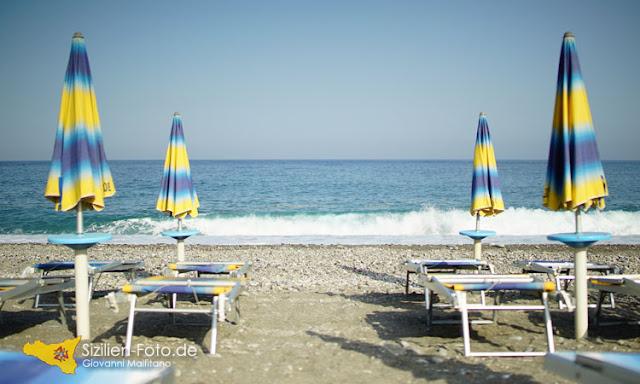 Lido mit Liegestühlen am Strand