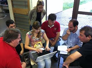 Professores reunidos trabalhando no saguão de entrada do campus