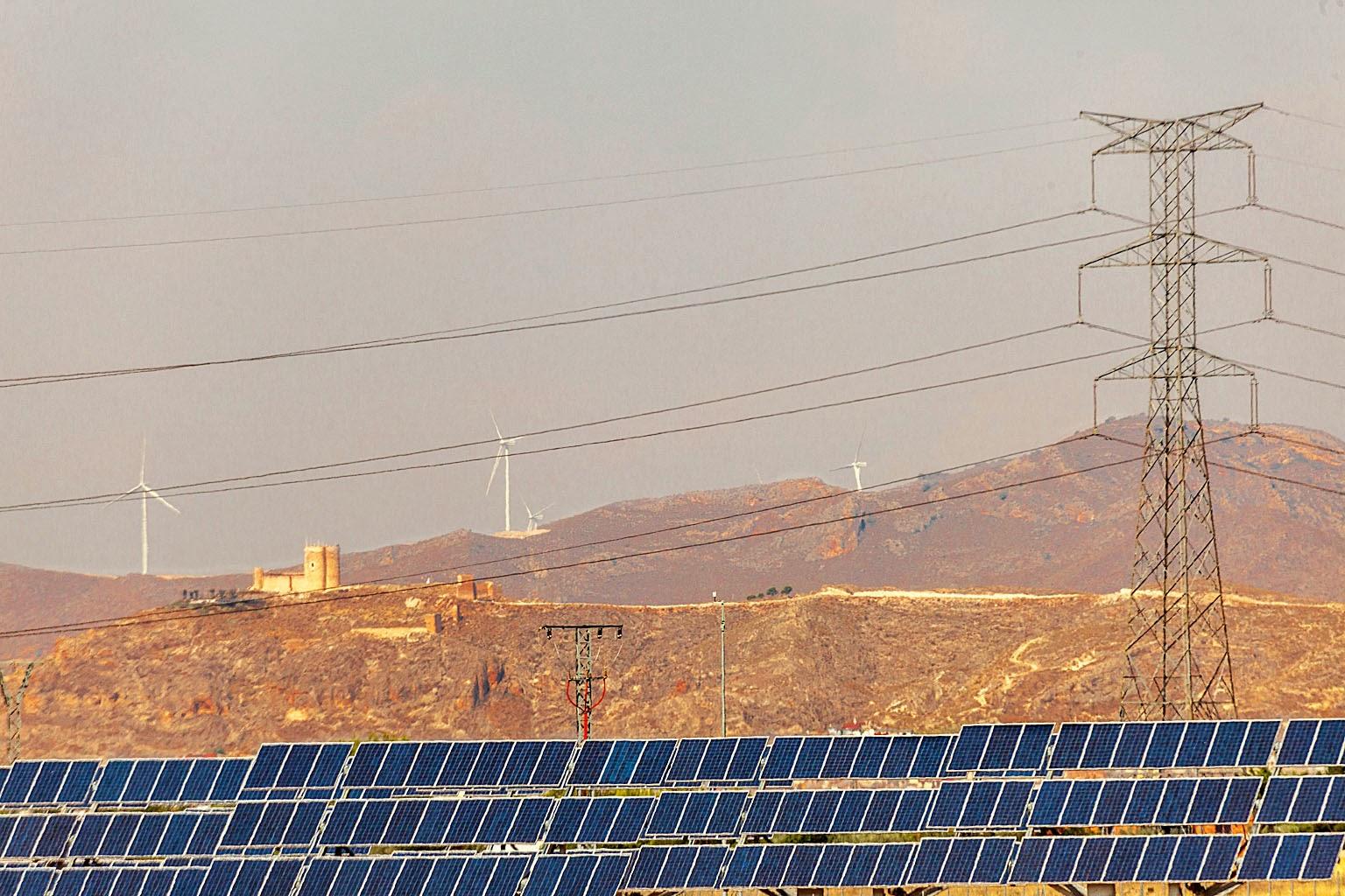 Placas solares y aerogeneradores en Jumilla