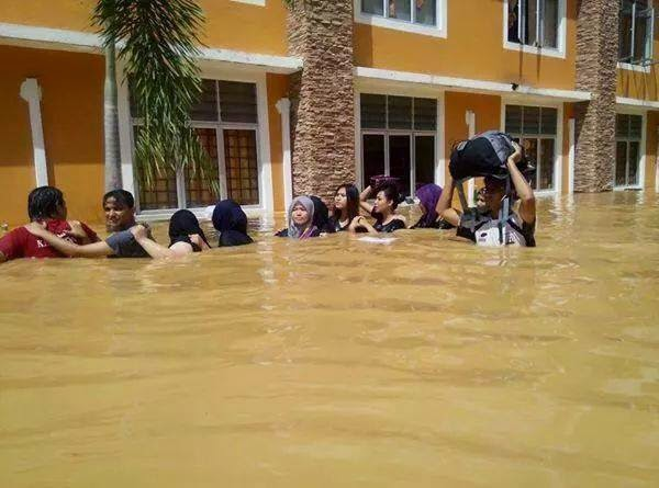 Hasil carian imej untuk Universiti Malaysia Kelantan Banjir