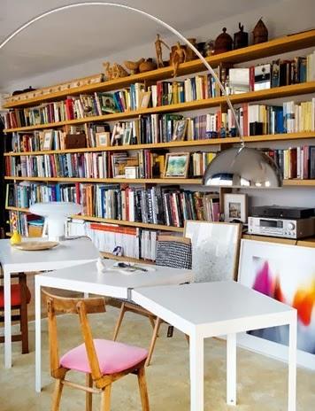 Regał z książkami w artystycznym wnętrzu, srebrna lampa z L.A. studio