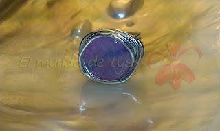 Anillo aluminio plateado y cuarzo rosa tipo botón